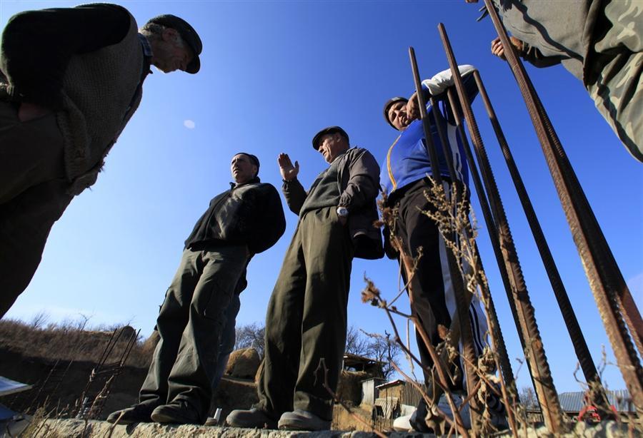 Жители деревни собрались на общественный работы для школы в Hreasca, 17 ноября