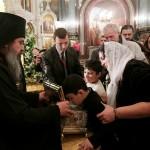 Прихожане целуют ларец с православной святыней, 19 ноября