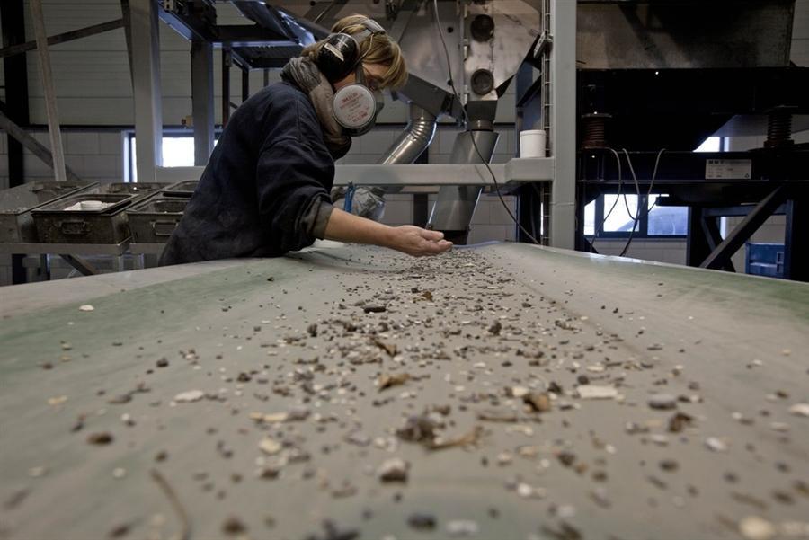 Сотрудник OrthoMetals отделяет части для переработки на ленточном конвейере на складе в Зволле
