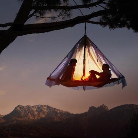 Палатки закреплены на толстых ветвях деревьев