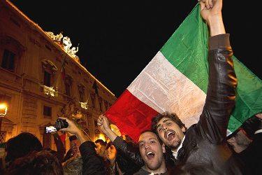 Противники Берлускони празднуют его отставку