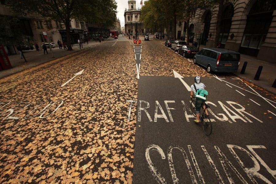 Коллаж из листьев на дорогах Лондона, 5 октября