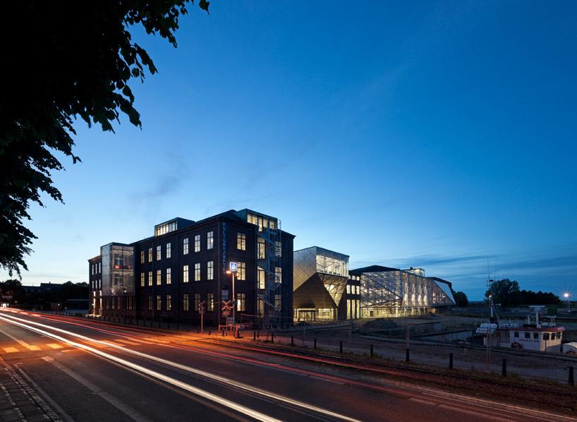 Вид на здания ночью