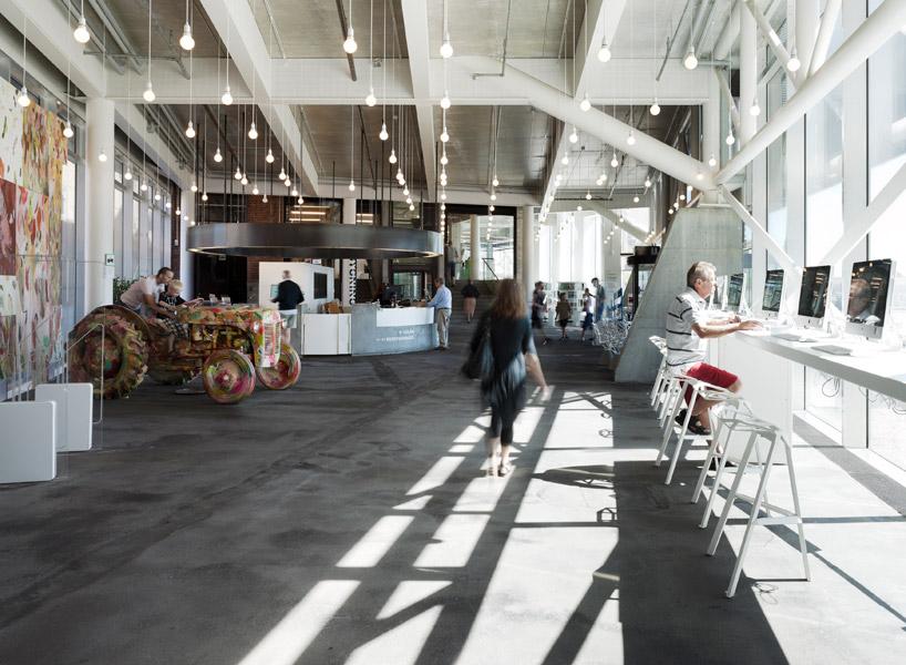 Интернет-бар, дизайн-выставки, магазины - все это в пределах нового фасада
