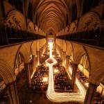 След от 1300 свечей в Соборе Солсбери во время праздничной службы