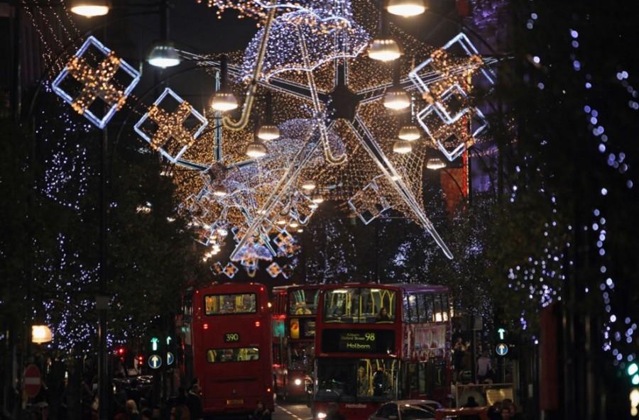 Лондонская Оксфорд-стрит вся в необычных гирляндах-зонтиках