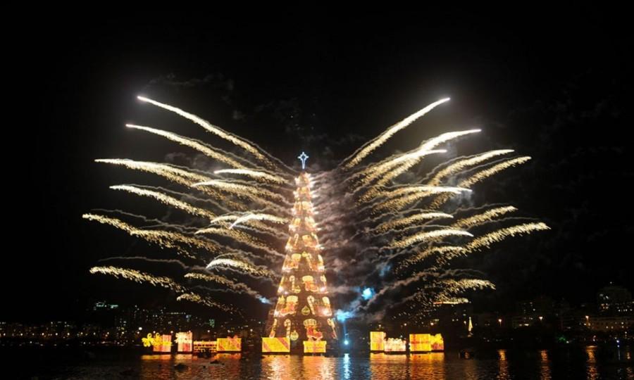 Праздничный салют в честь начала Рождества в Рио-Де-Жанейро