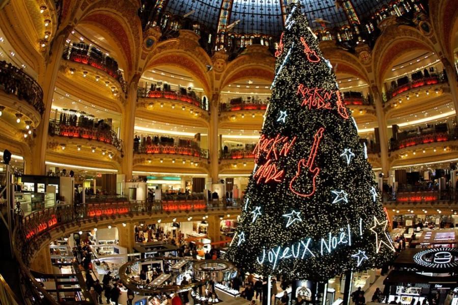 Ель в торговом центре Galeries Lafayette Парижа