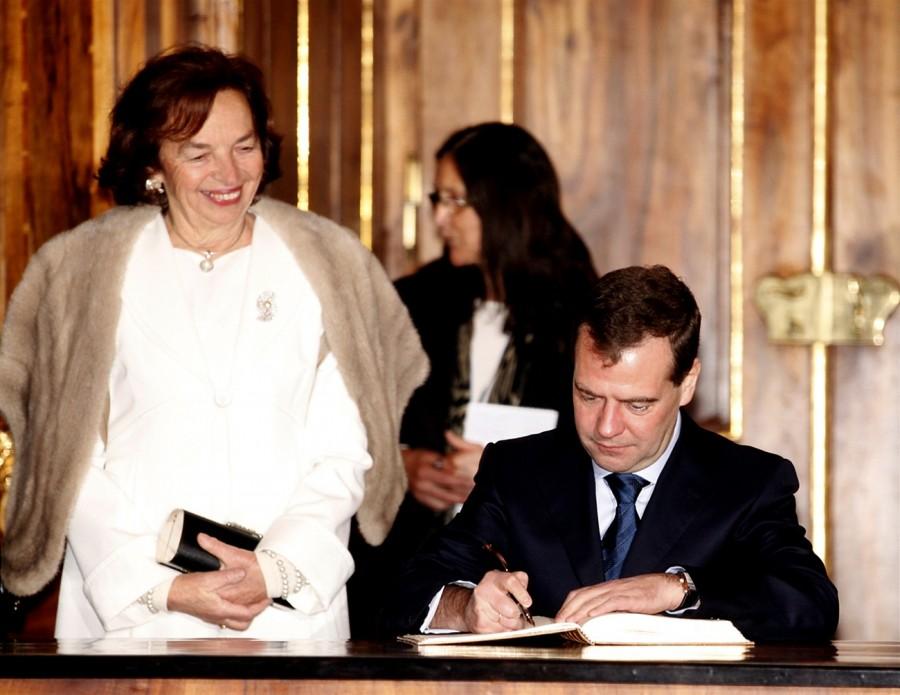 Президент России Дмитрий Медведев пишет свой отзыв в Гостевой Книге в Страговском Монастыре в Праге (7 декабря 2011)