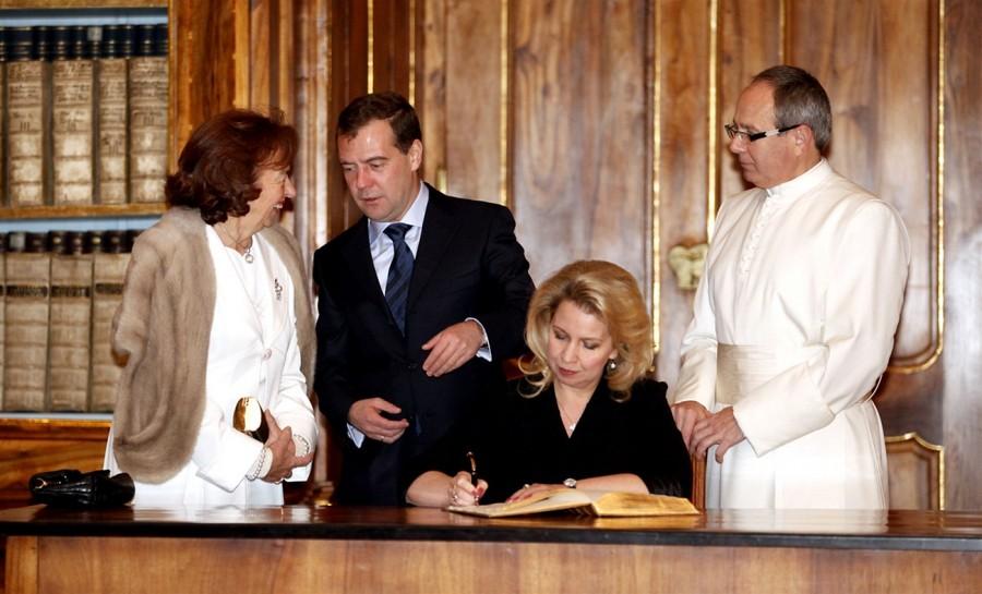 Светлана Медведева пишет отзыв в гостевой книге Пражского Страговского Монастыря (7 декабря 2011)