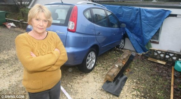 Джилл Копси стоит рядом со своей машиной и разрушенным домом