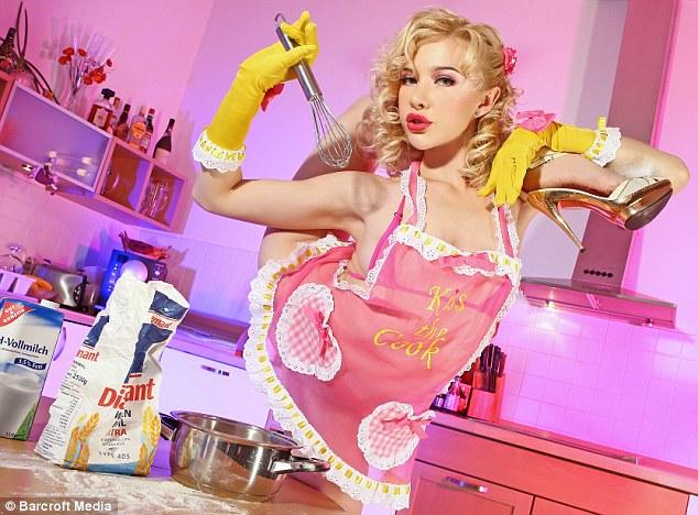 Злата показывает свои навыки приготовления пищи на кухне, октябрь 2012 года