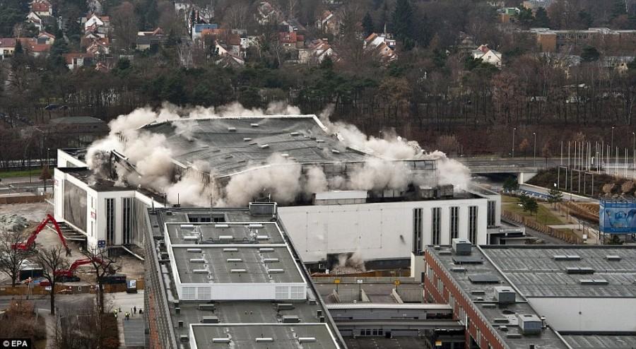 Дым и пыль вздыматься с крыши Deutschlandhalle в Берлине
