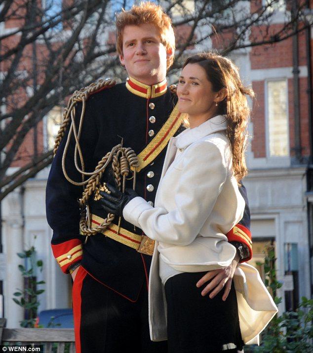 Принц Гарри выглядит довольным, когда кладет свою руку ниже талии Пиппы
