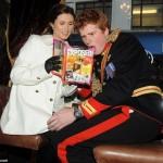 Пара читает новую книгу фотографа Элисон Джексон