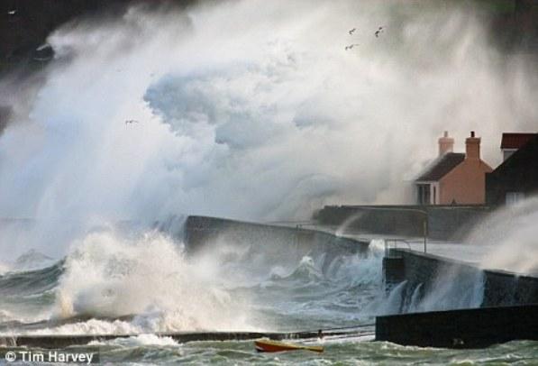 Бушующее море на Нормандских островах
