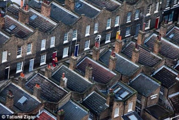 Около дома: почтальон переходит от одного дома к другому в Лондоне
