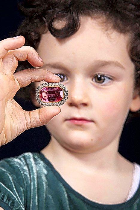 Любимая игрушка 4-летней Имоджен оказалась царской брошью