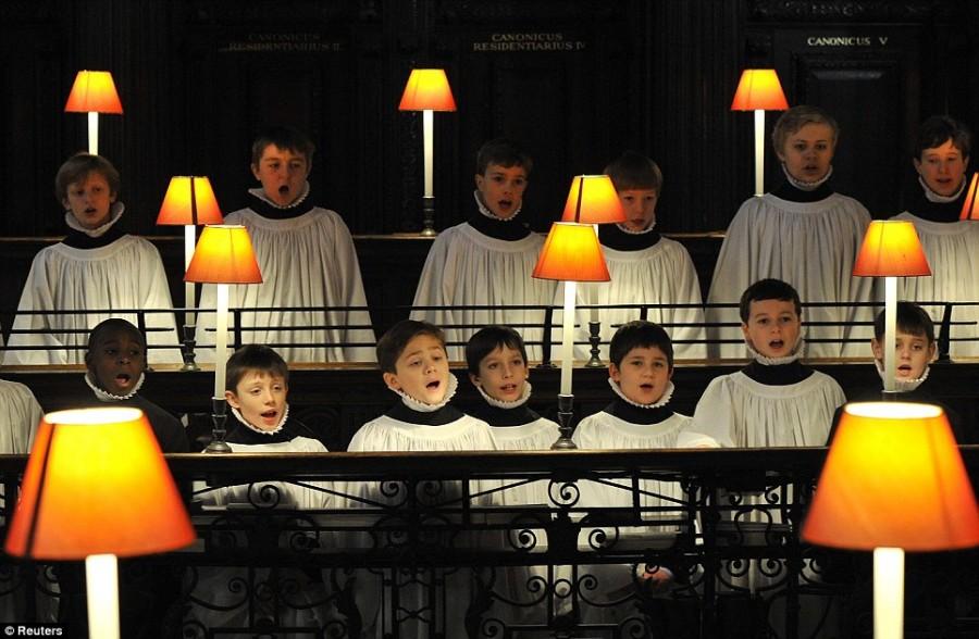 30 мальчиков младшего школьного возраста выглядят настоящими ангелами во время вечерней репетиции