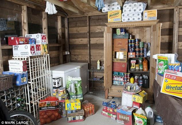 Гаражи превращены в семейные склады продовольствия