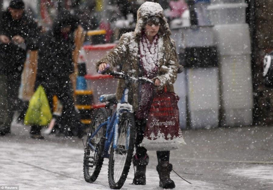 Мокрый снег в Бакстоне, в центральной Англии