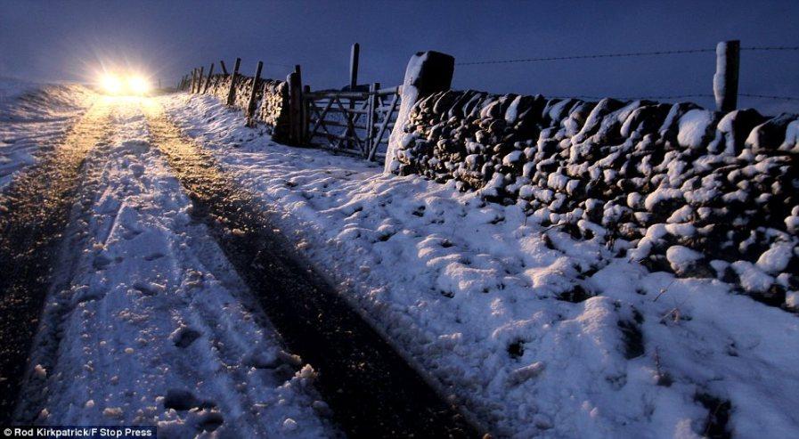 Северный ветер превращает мокрые дороги в каток
