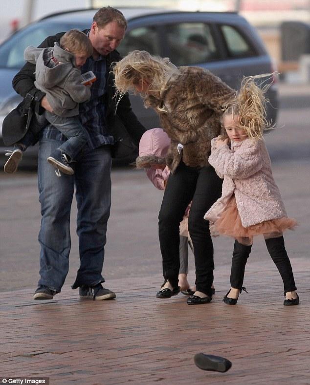 У пешеходов улетали не только шляпы и зонтики, но и туфли