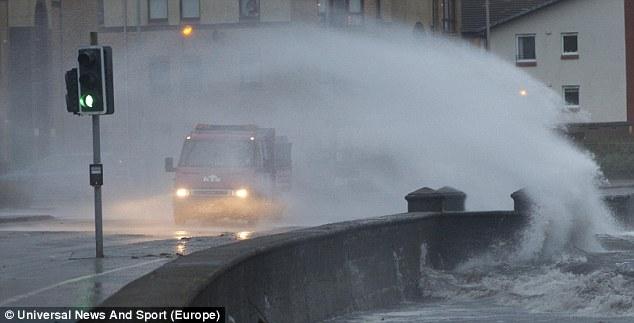 Машинам пришлось перемещаться через сплошную стену морской воды