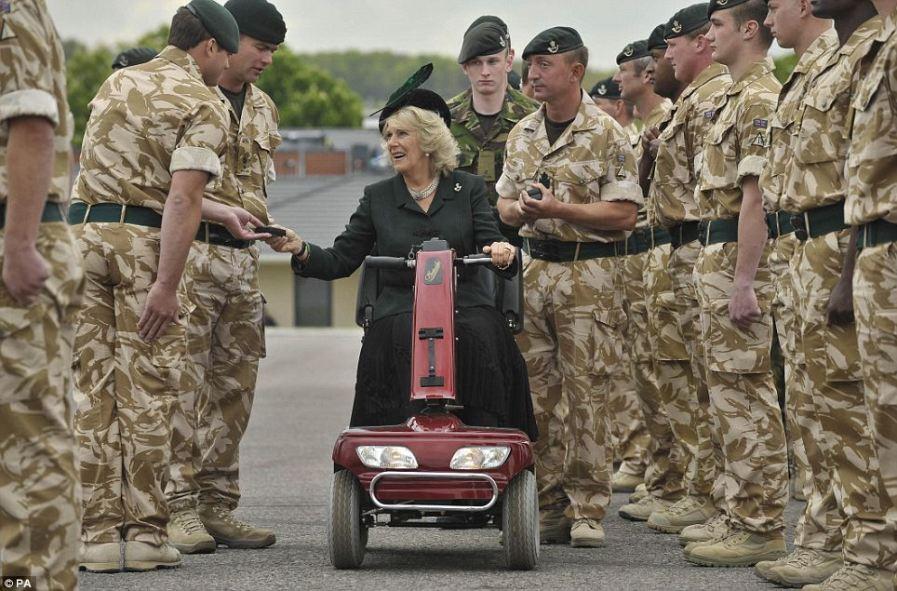 Сломав ногу, герцогиня Корнуолл использовала скутер, чтобы наградить солдат из Афганистана медалями
