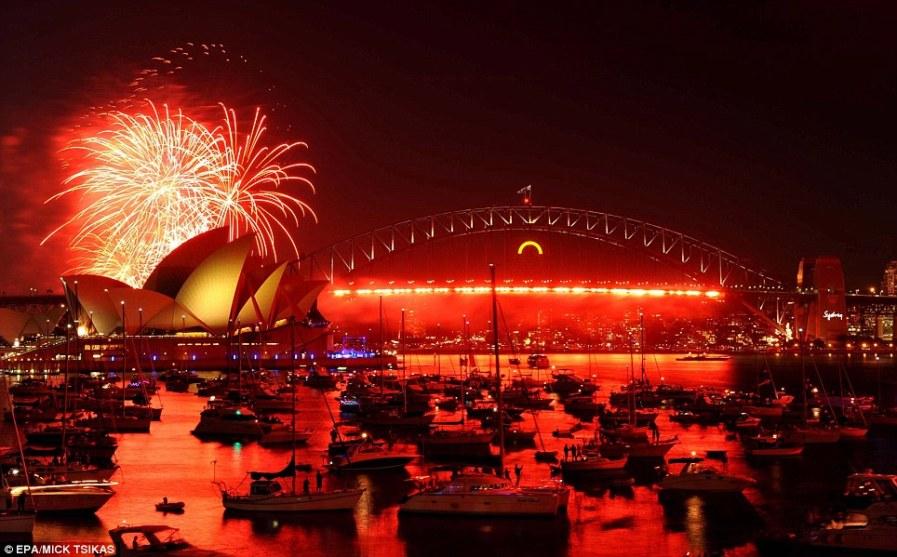 Потрясающий фейерверк над гаванью Сиднея
