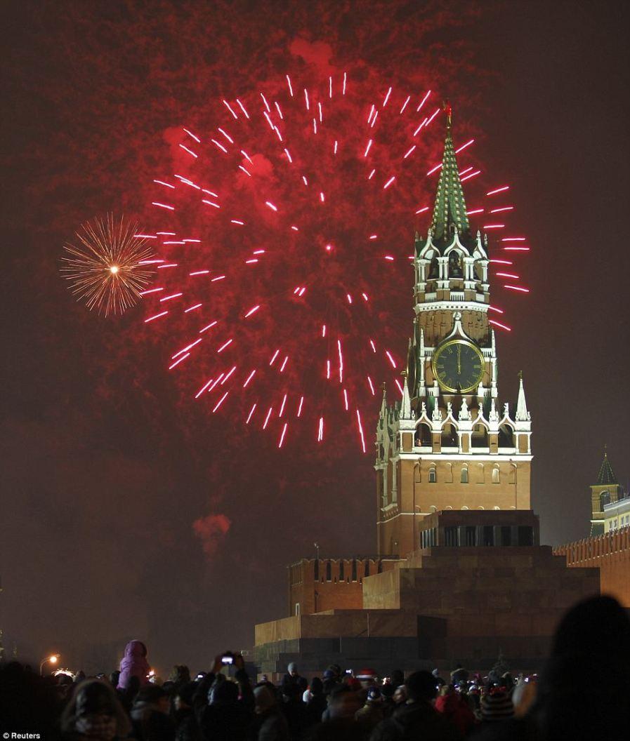 Тысячи людей наблюдали за фейерверком на Красной Площади
