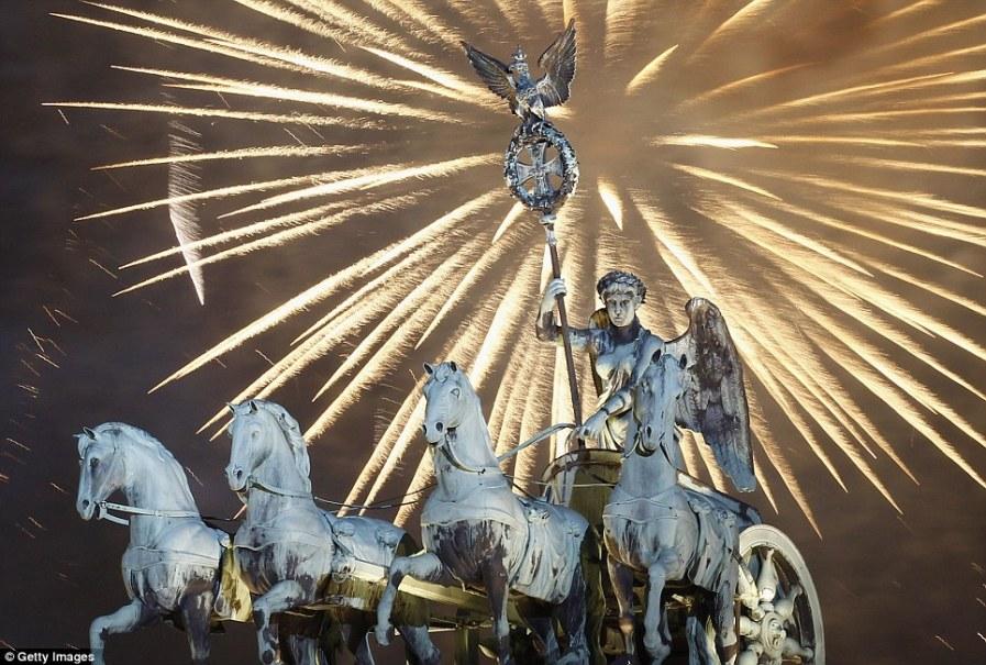 Салют над статуей Квадрига на Бранденбургских воротах в Берлине