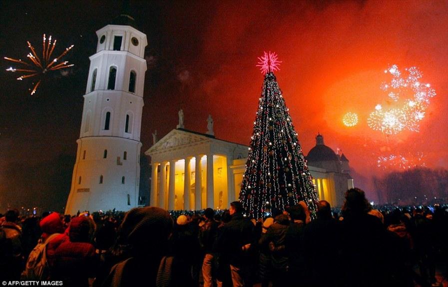 Светящееся небо над Соборной площадью в Вильнюсе