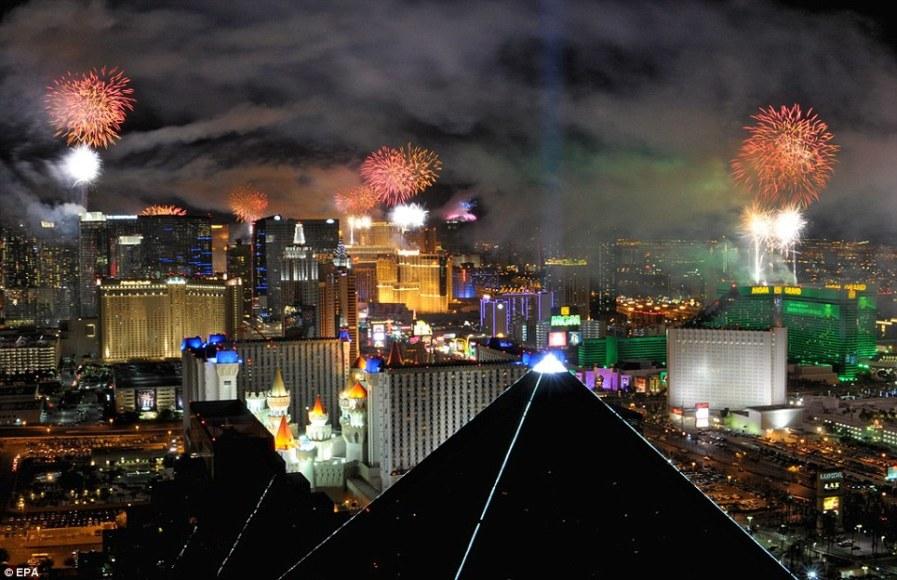 Взрыв фейерверка над Лас-Вегасом