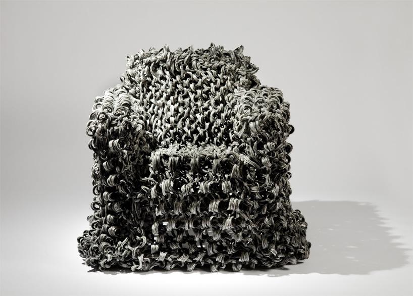 Кресло из переработанных композитных материалов, напоминает кудрявую прическу