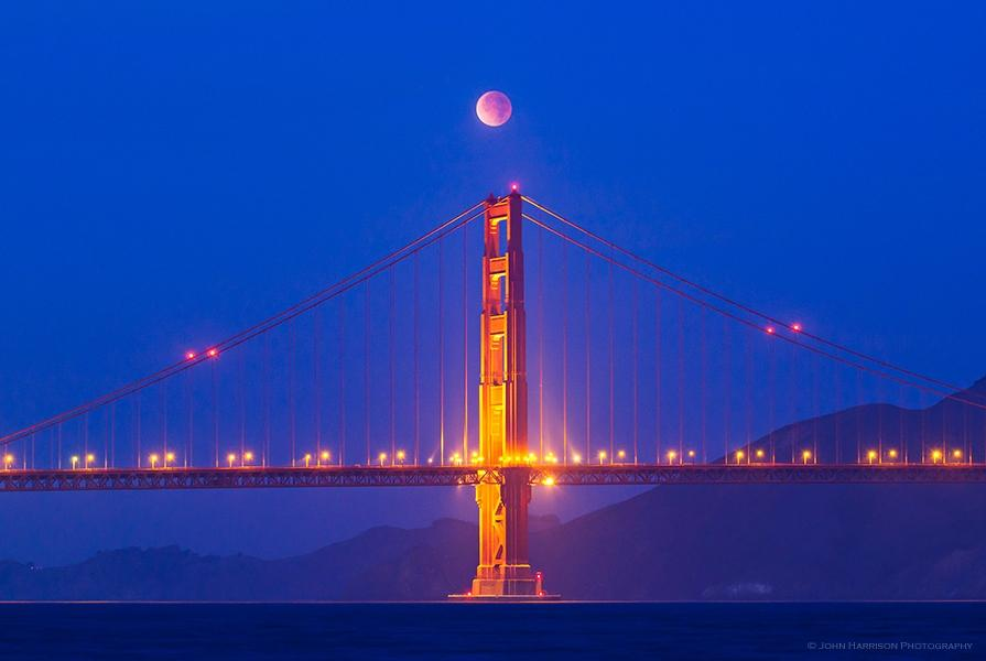 Красная луна в 3 утра 10 декабря над мостом Золотые Ворота в Сан-Франциско