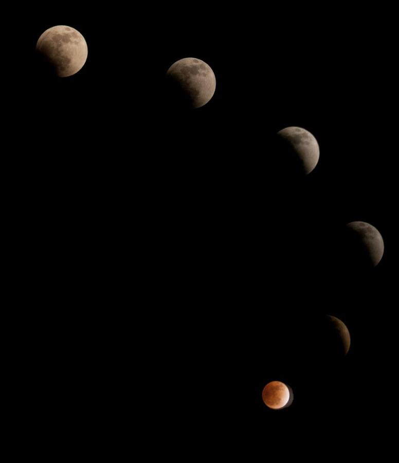 Составное изображение лунного затмения с 5:30 вечера до 7:30 вечера в Лахоре, Пакистан 10 декабря