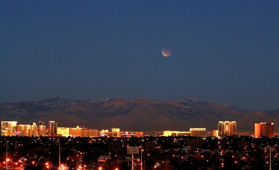 Красная Луна конкурирует с яркими огнями в Лас-Вегасе