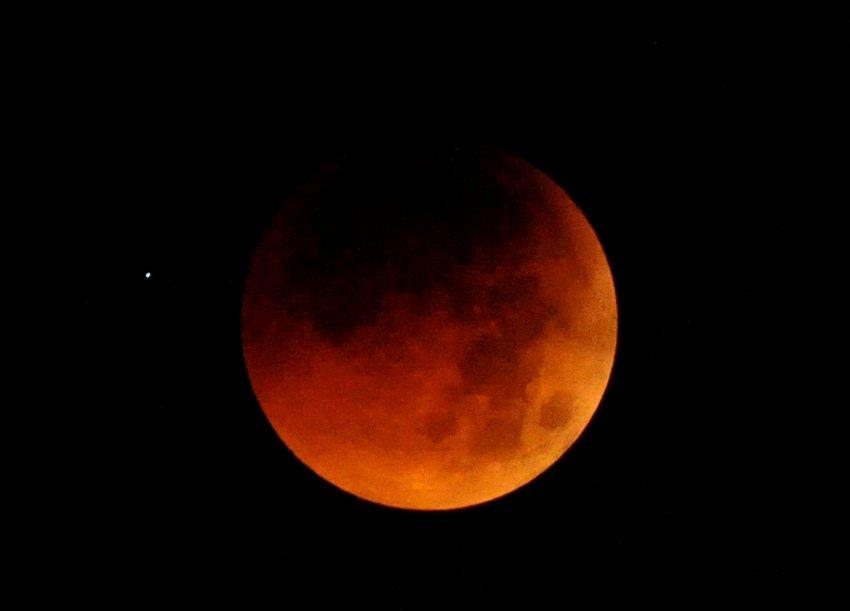 Полное лунное затмение 16 июня. Эта красная Луна наблюдалась над обсерваторией Филиппин