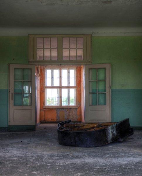 Разбитое фортепиано в заброшенном комплексе