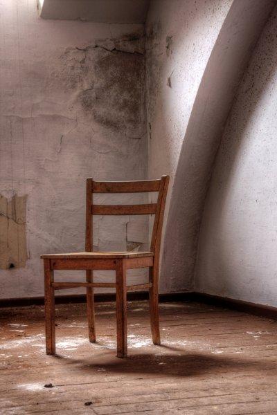 Чердак театра с забытым стулом