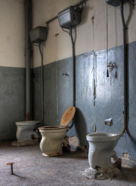 Перегородки и двери туалетов военные забрали с собой
