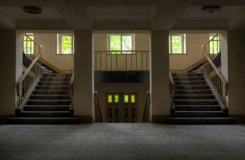 Мрачный холл приветствует гостей комплекса, где некогда располагалась штаб-квартира Верховного Главнокомандования нацистской Германии