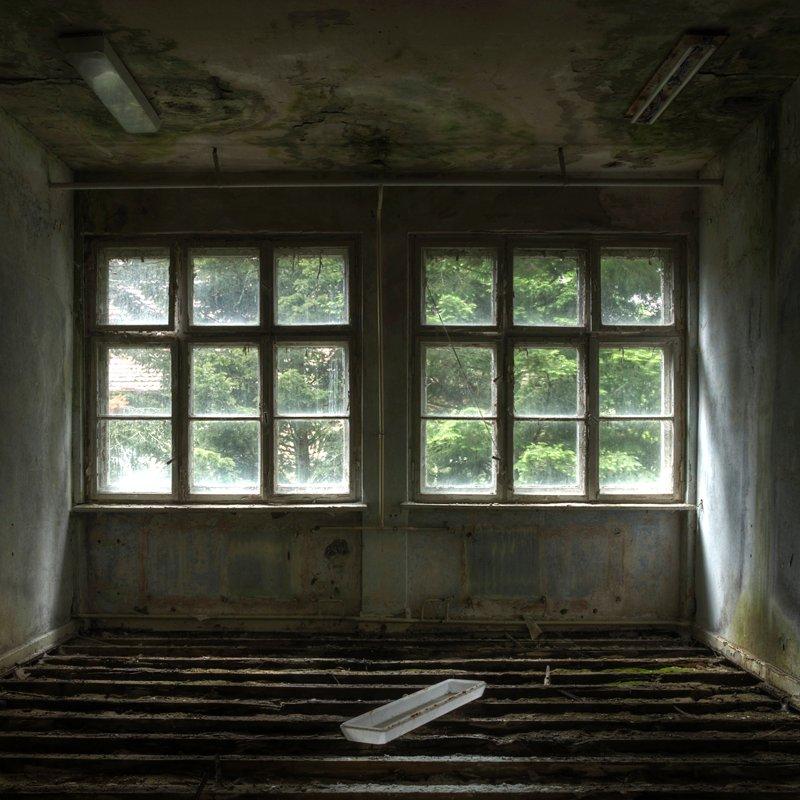 В старых зданиях удален деревянный пол из-за плесени