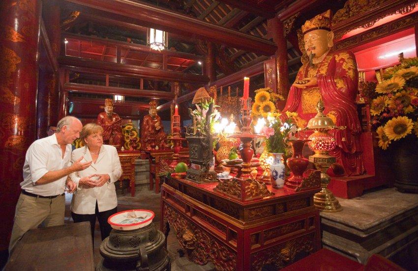 Меркель в Храме Литературы в Ханое, Вьетнам, в октябре 2011 года