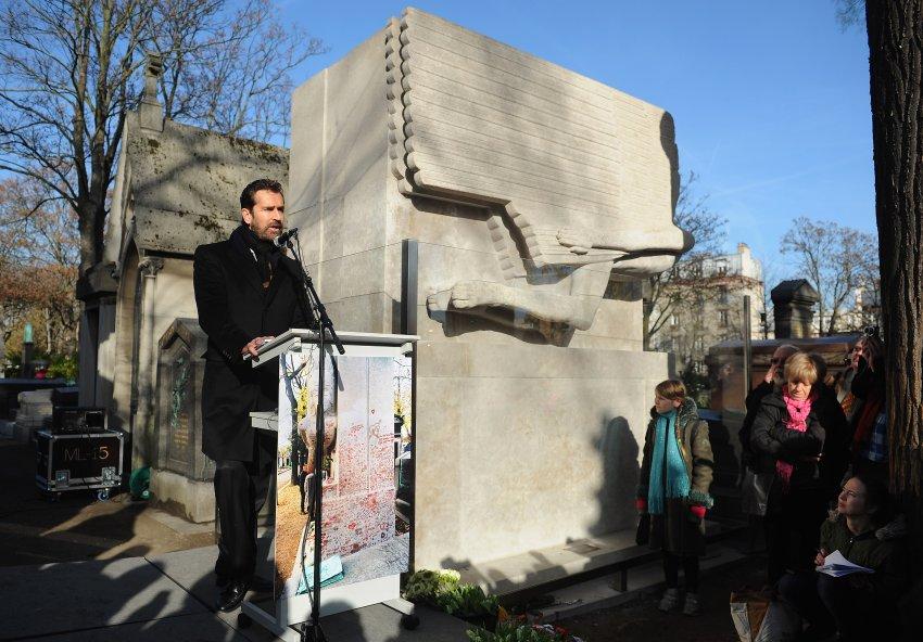 Актер Руперт Эверетт выступил с речью на кладбище Пер-Лашез, открывая восстановленный монумент на могиле Оскара Уайльда