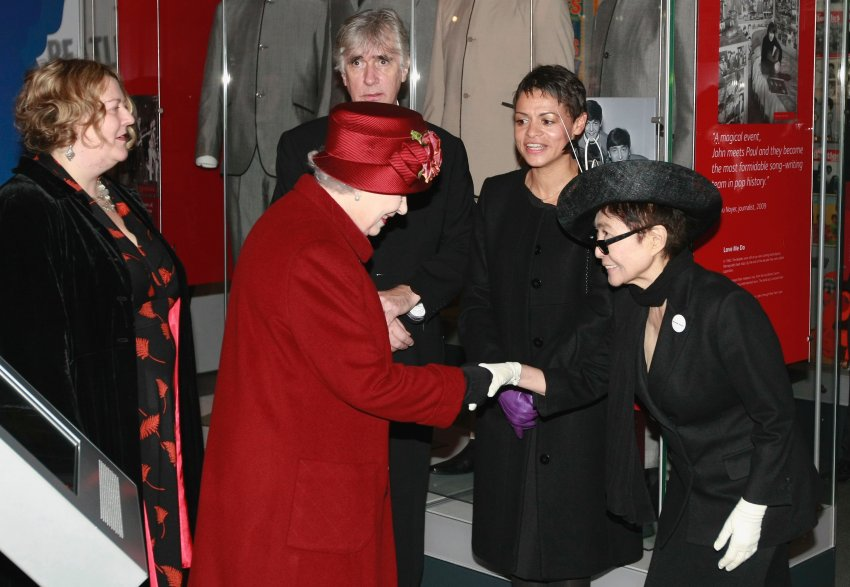 Реверанс приветствия Йоко Оно королеве Елизавете II перед музеем в Ливерпуле