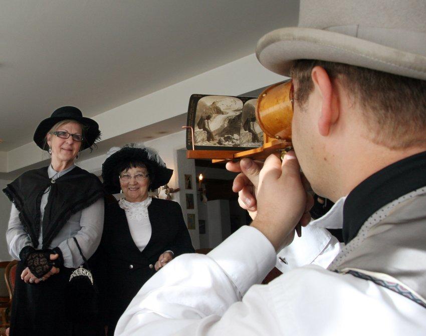 Шеф-повар отеля занят старинным стереоскопом
