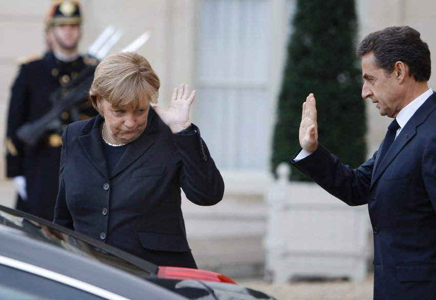 Меркель покидает Елисейский дворец в декабре 2011 года