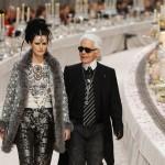 Лагерфельд с моделью Stella Tennant на показе в Париже